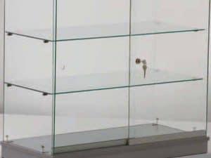 staklena vitrina siva